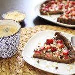 Roh-vegane Avocado-Tarte mit Erdbeeren