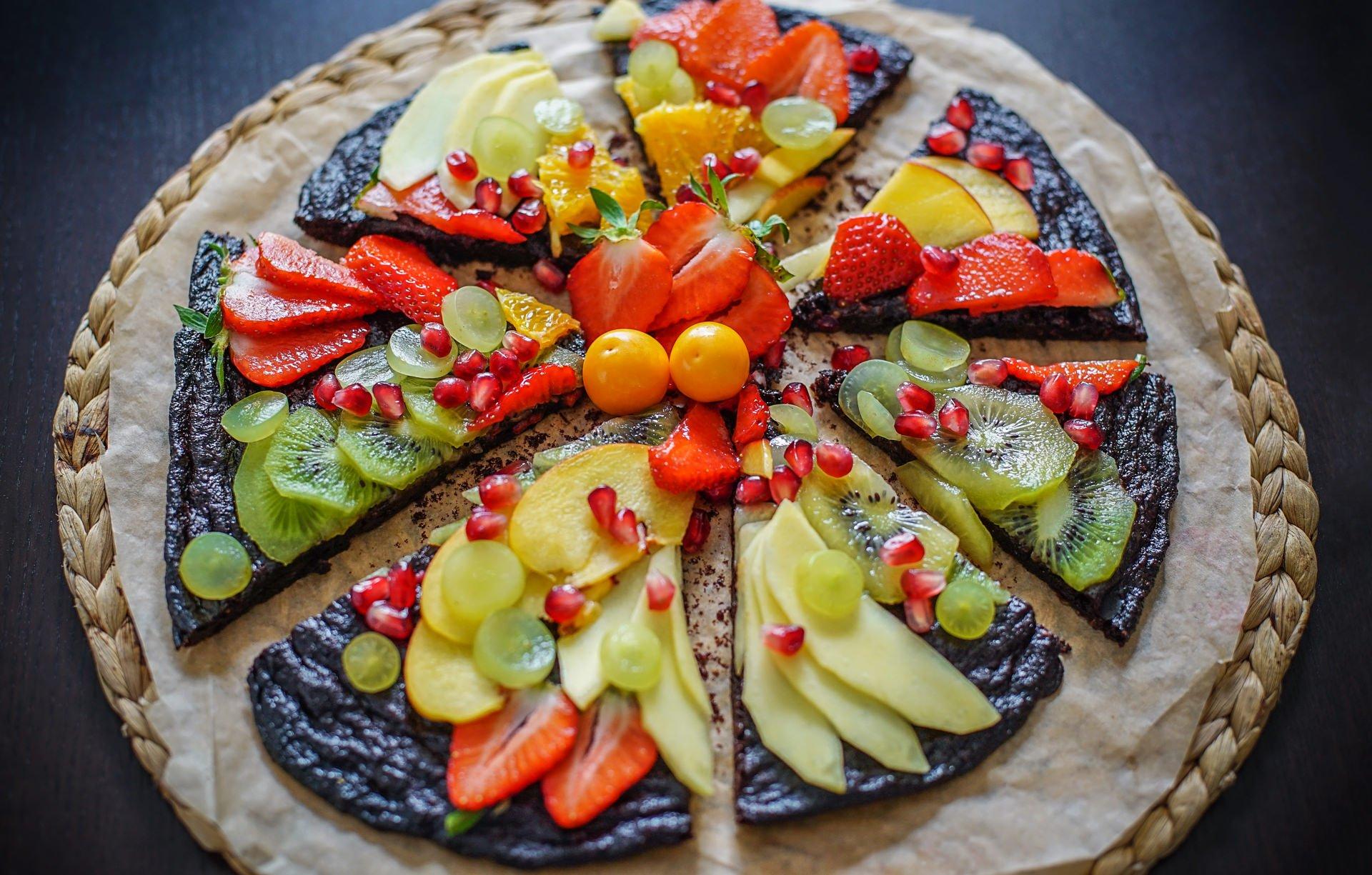 Brownie-Pizza mit Früchten
